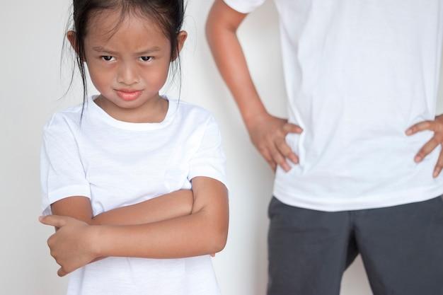 Pai está repreendendo a filha que joga muito desobediente. Foto Premium