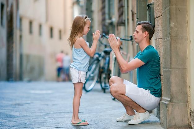 Pai feliz e adorável garotinha em roma durante as férias de verão italiano Foto Premium