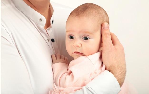 Pai feliz, segurando seu bebê Foto Premium