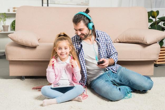 Pai filha, com, fones ouvido Foto gratuita