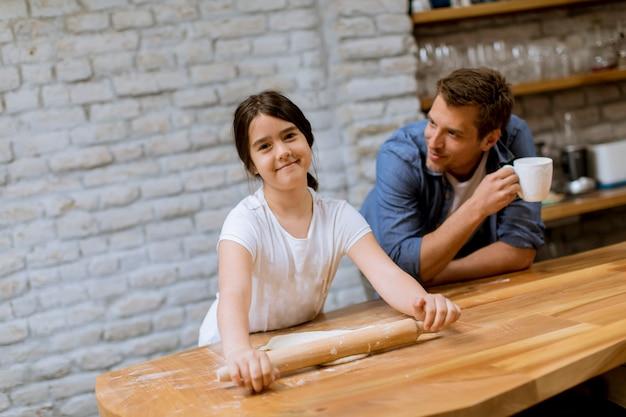 Pai filha, fazer pão, cozinha Foto Premium