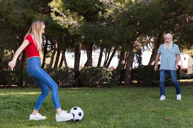 Pai filha, jogando futebol Foto gratuita