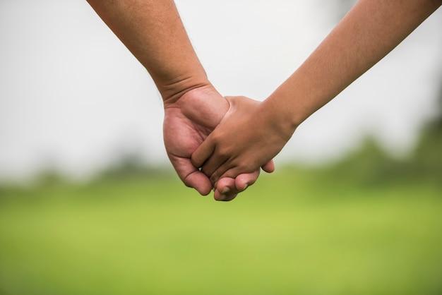 Pai filha, segurando, mãos dadas, junto Foto gratuita