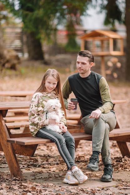 Pai filha, tocando, com, cão, ao ar livre Foto Premium
