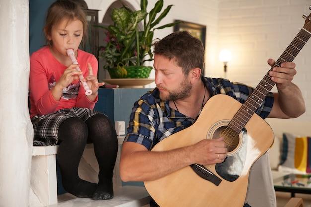 Pai, filha, tocando, musical, instrumentos Foto gratuita