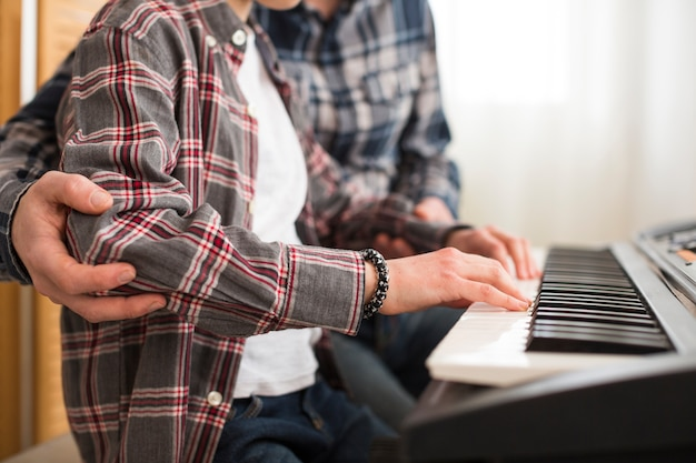 Pai filha, tocando, piano Foto gratuita
