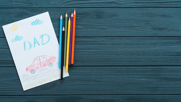 Pai inscrição com carro de desenho na mesa de madeira Foto gratuita