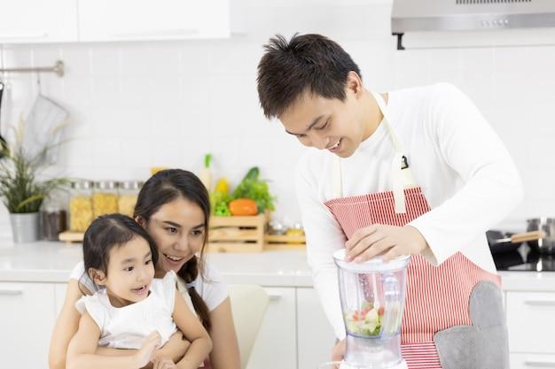 Pai, mãe e filha estão preparando o almoço Foto Premium