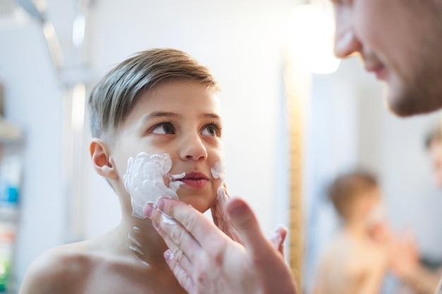 Pai, pôr, depilação, espuma, seu, filho, rosto Foto gratuita