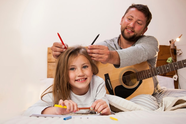 Pai, pôr, pastéis, seu, filha, cabeça Foto gratuita