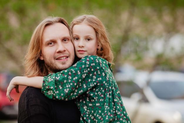 Pai, segurando, criança, em, braços Foto Premium