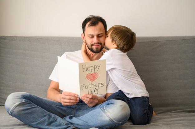 Pai segurando o cartão Foto gratuita