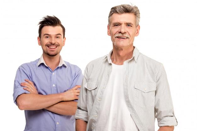 Pai sênior com sorriso adulto do filho. Foto Premium