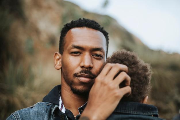 Pai sério com seu filho ao ar livre Foto Premium