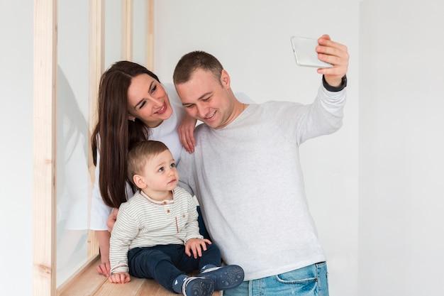 Pai tirando uma selfie da família Foto gratuita