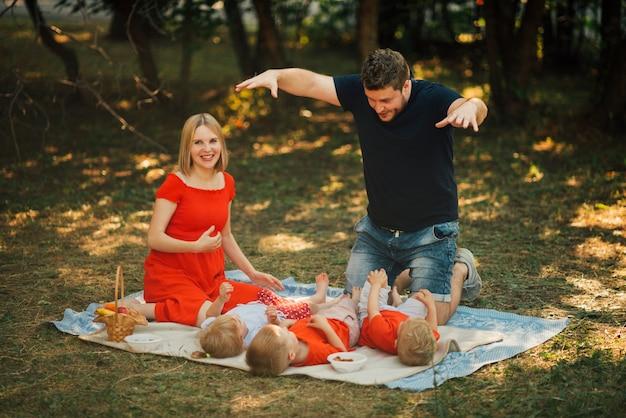 Pai, tocando, com, seu, crianças, ao ar livre Foto gratuita