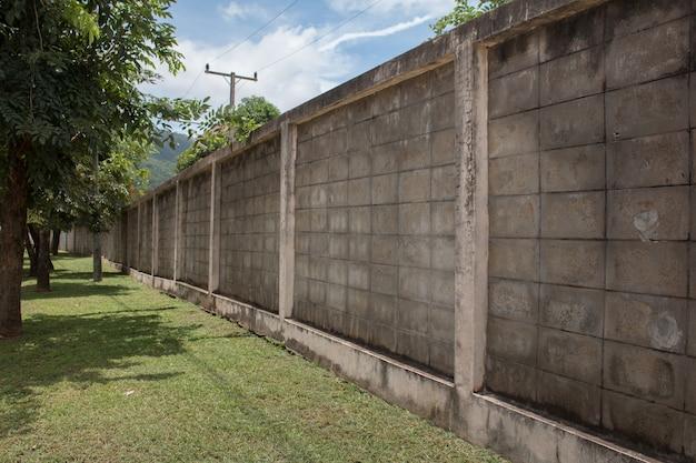 Painéis de cerca de placas de parede de concreto em perspectiva com grama verde Foto Premium
