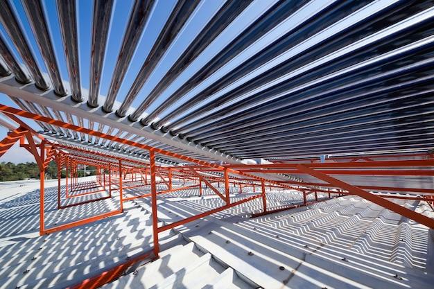 Painéis e tubulações do aquecedor solar de água no telhado. Foto Premium