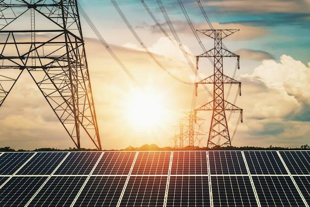 Painéis solares com pilão de electricidade e pôr do sol Foto Premium