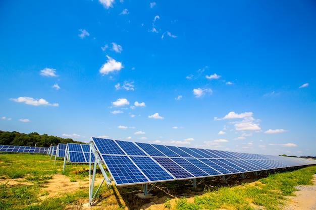 Painéis solares no céu azul Foto Premium