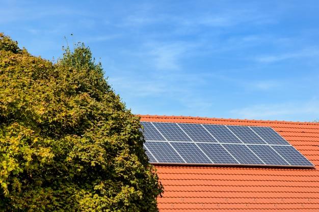 Painéis solares no topo de uma casa de família. Foto Premium