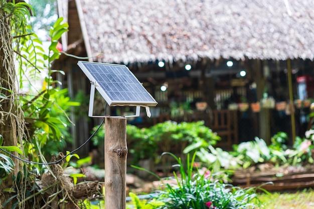 Painéis solares perto de casa, eletricidade alternativa no campo Foto Premium