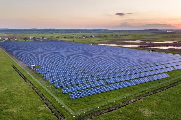 Painéis solares que produzem energia limpa e renovável Foto Premium