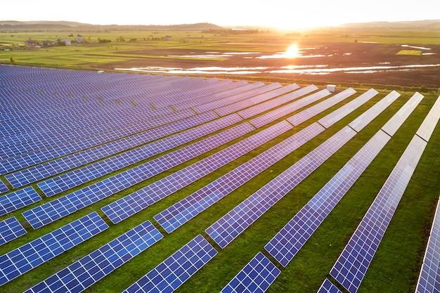Painéis solares que produzem energia limpa renovável. Foto Premium