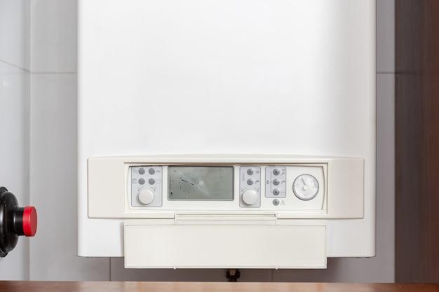Painel de controle do aquecedor de água a gás ou caldeira a gás em uma casa interna Foto Premium
