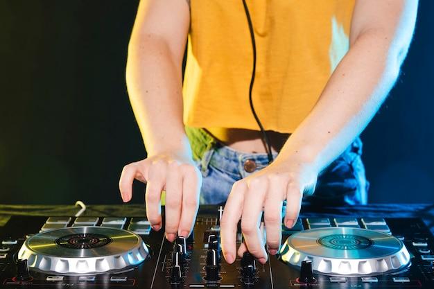Painel de controle do mixer de close-up dj Foto gratuita