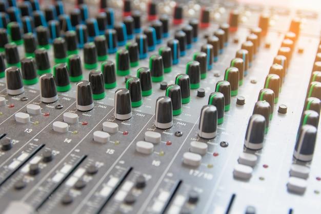 Painel de controle do mixer de som de áudio. botões do console de som para ajustar o volume Foto Premium