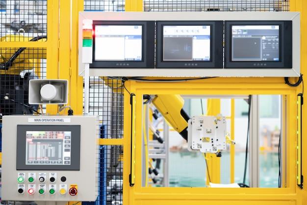 Painel de controle para uso com robô em fábrica inteligente de automação Foto Premium