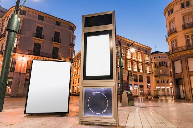 Painel de publicidade em branco na cidade à noite Foto gratuita