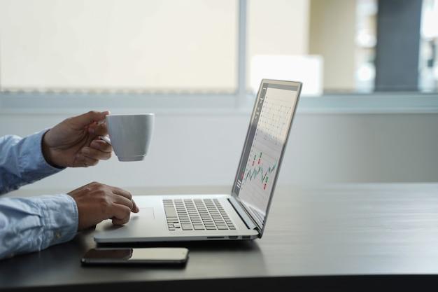 Painel de vendas do marketing de cliente conceito de gráficos homem de negócios vendas aumentar as ações de receita Foto Premium