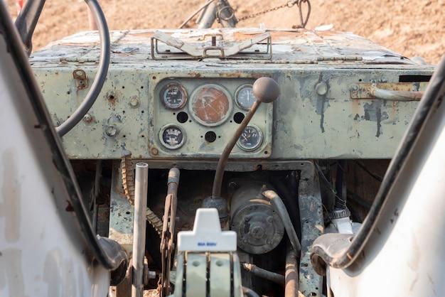 Painel do medidor e acessórios no antigo veículo fora de estrada Foto Premium