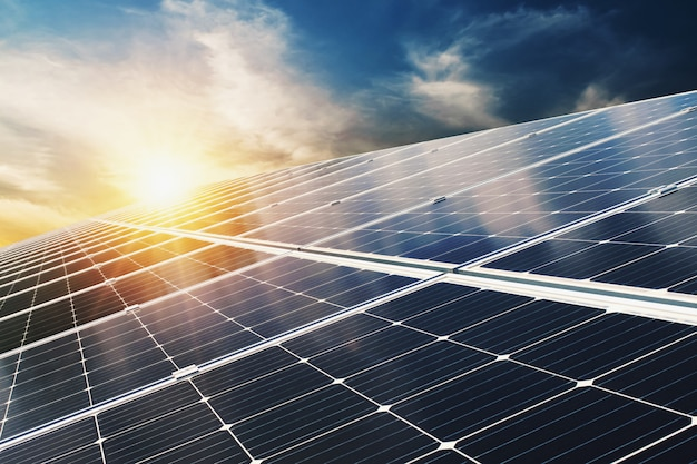 Painel solar com céu azul e pôr do sol. energia limpa conceito, alternativa elétrica, poder na natureza Foto Premium