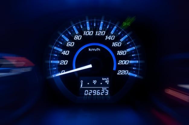 Painel, velocímetro do carro e contador com modo escuro Foto Premium