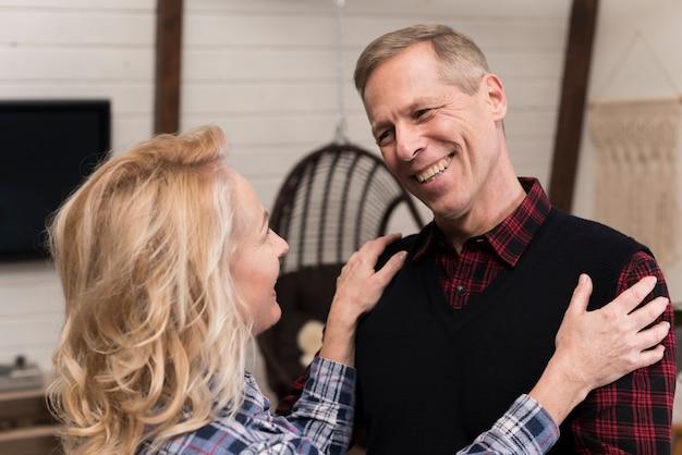 Pais abraçados felizes posando Foto gratuita
