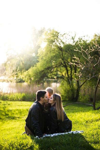 Pais, beijando, cada, outro, parque Foto gratuita