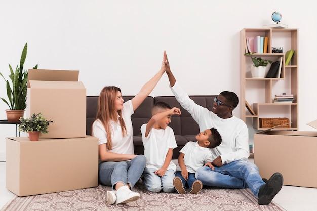 Pais brincando juntos com seus filhos dentro de casa Foto gratuita