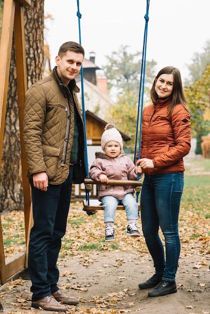 Pais, com, filha, ligado, pátio recreio Foto gratuita