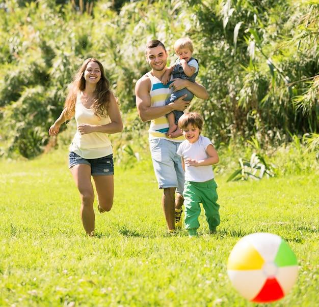 Pais com filhas pequenas ao ar livre Foto gratuita