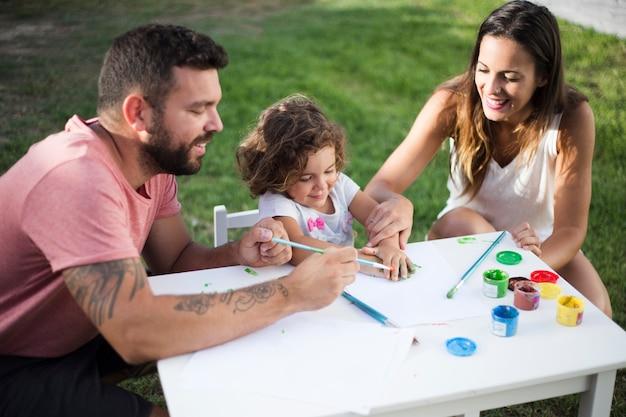 Pais, com, seu, filha, quadro, junto, parque Foto gratuita