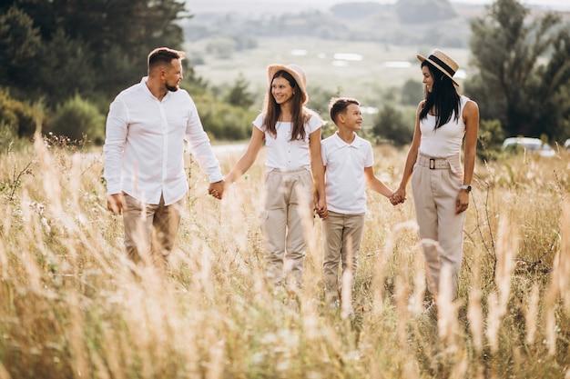 Pais com seus filhos andando no campo Foto gratuita