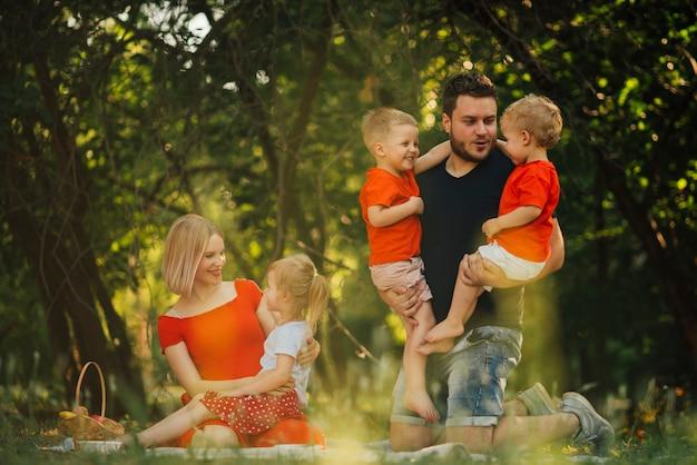 Pais conversando com seus filhos ao ar livre Foto gratuita