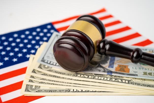 País de bandeira eua américa com martelo para advogado juiz. Foto Premium