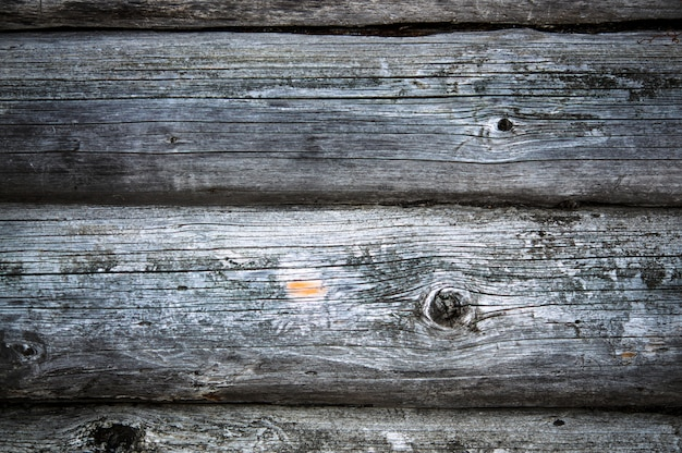 País escuro suportou parede de madeira loghouse com fratura Foto Premium