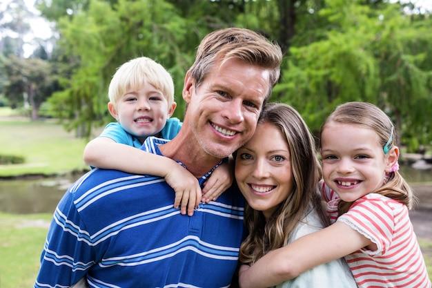 Pais felizes dando um cavalinho para crianças Foto Premium
