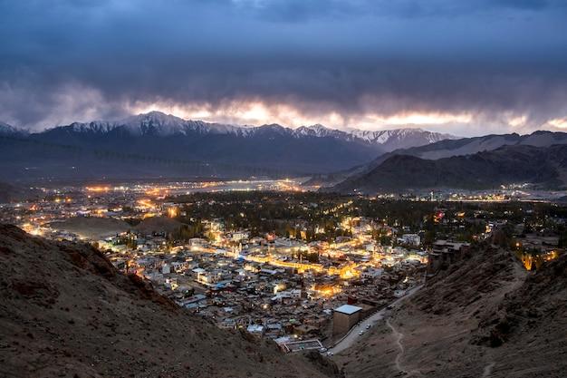 Paisagem bela cidade em tempo de noite do distrito de leh ladakh Foto Premium