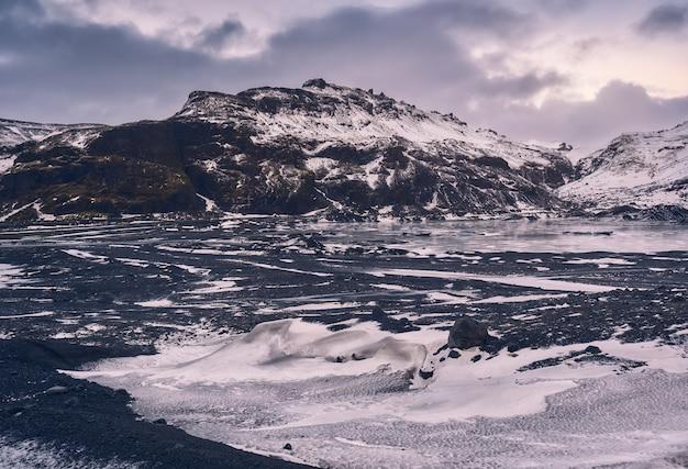 Paisagem bonita do inverno da geleira myrdalsjokull durante o natal na costa sul da islândia, europa Foto Premium